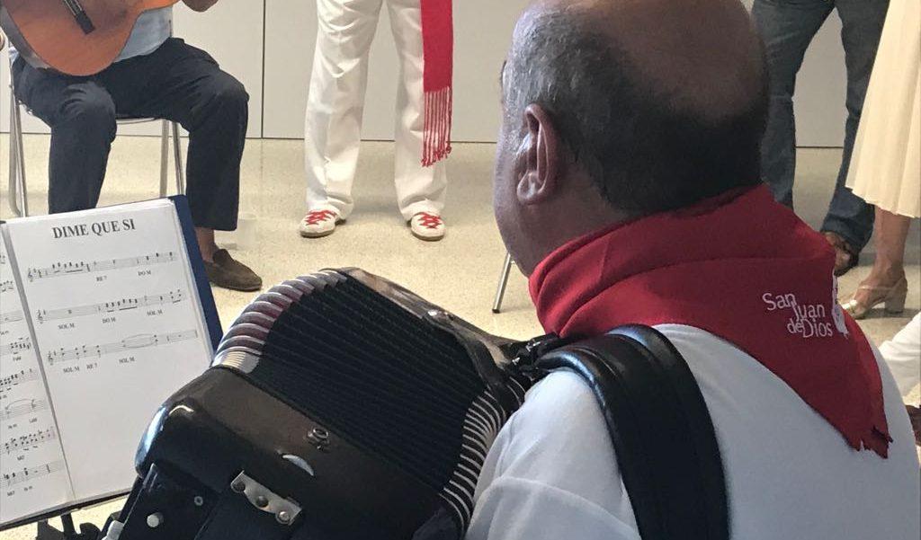 tocando acordeón