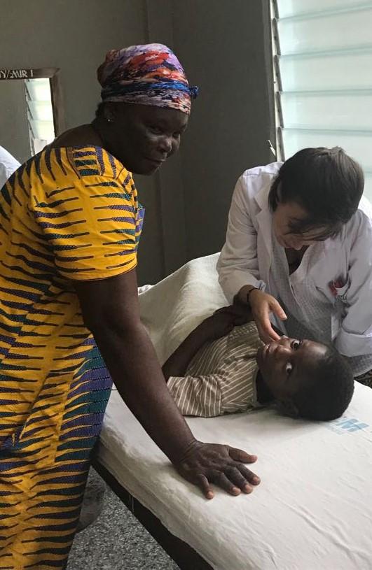 medico voluntario con refugiados